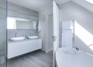 Jak zaaranżować oświetlenie na skośnym suficie w łazience?